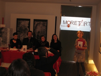Nuria Blanco, de Moret Art, introduce a presentación do libro